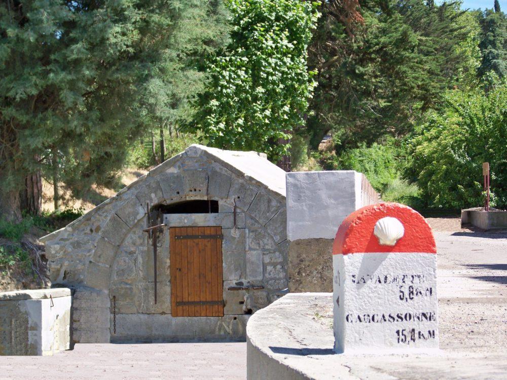 la fontaine et la borne de Saint Jacques Arzens