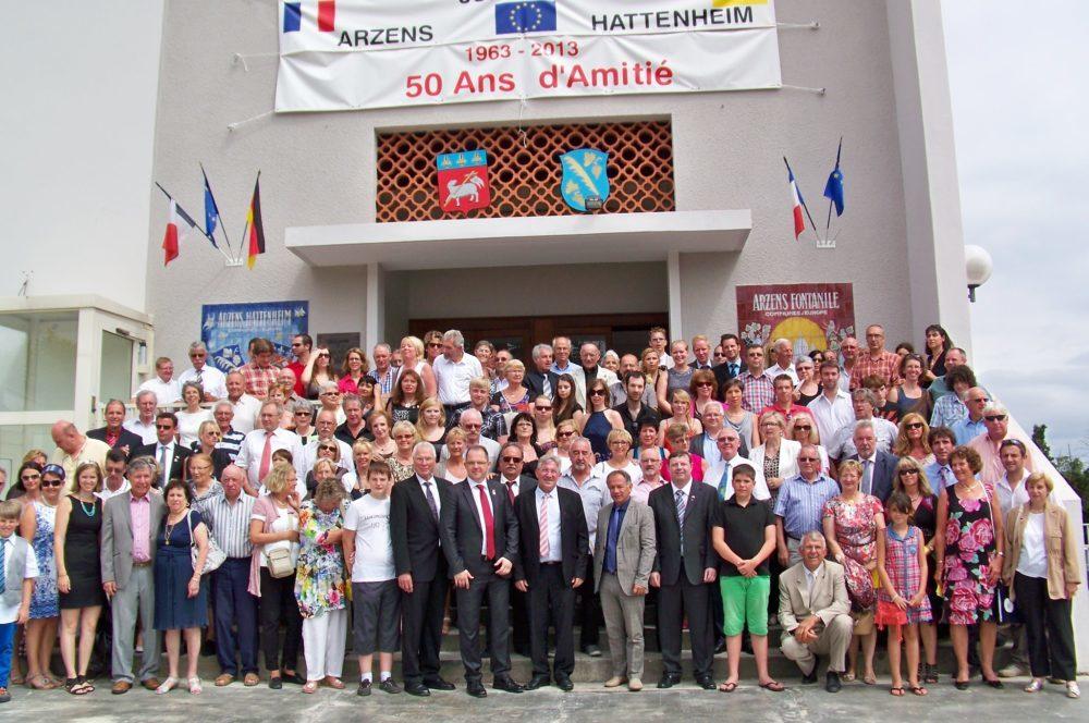 photo de groupe pour les 50 ans du Jumelage à Arzens