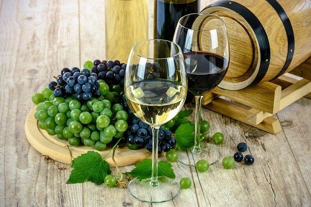 verres de vins rouge et blanc et raisins