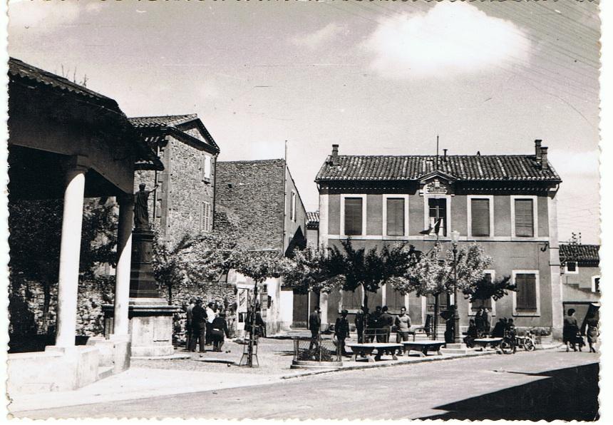 la mairie et les halles d'Arzens anciennes