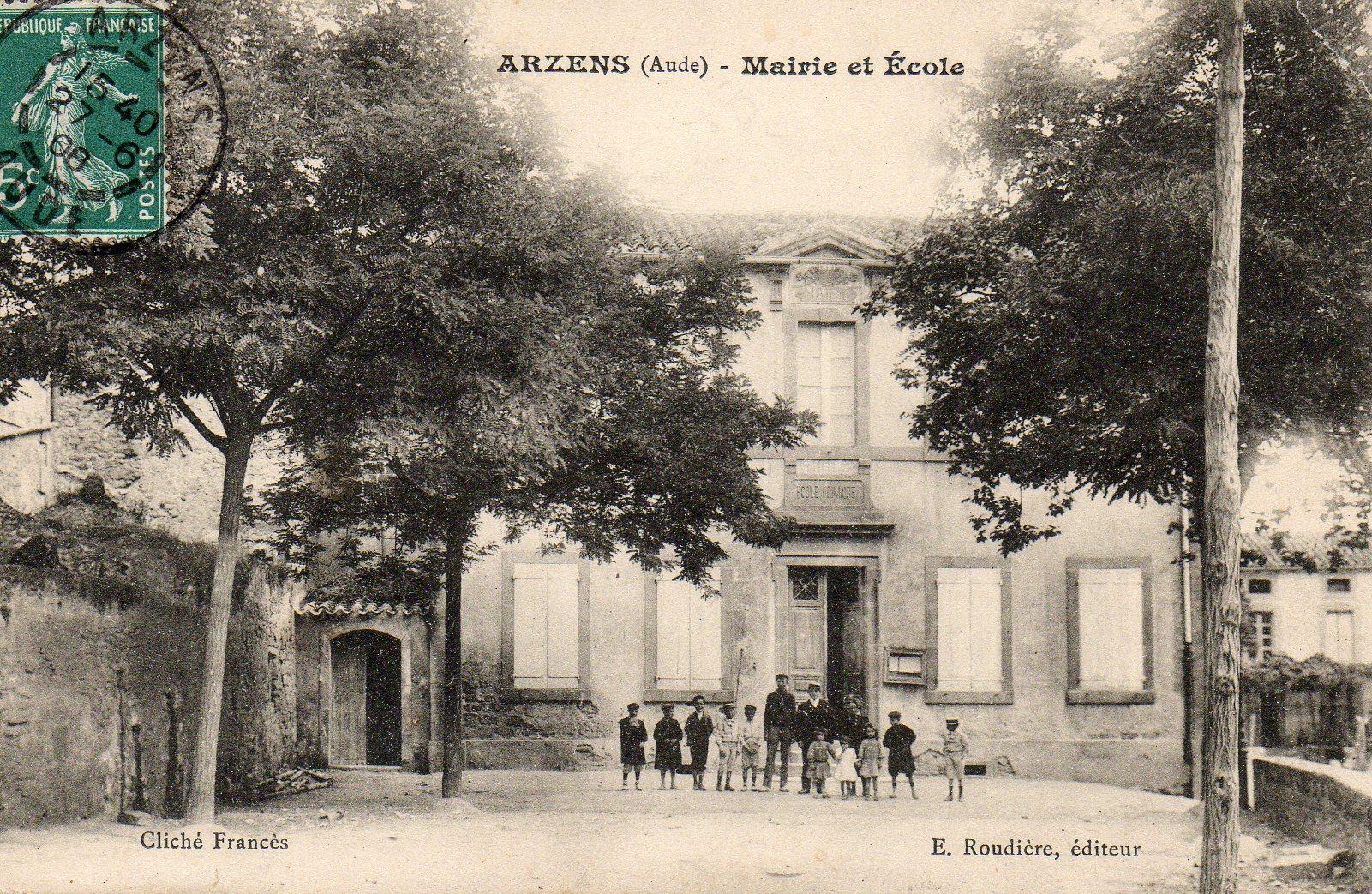 devant la mairie d'Arzensd'antan